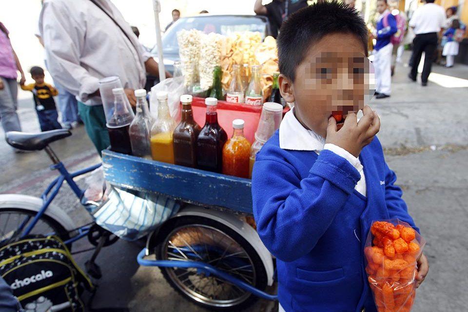 Niños comiendo porquería, desde Nepal hasta México